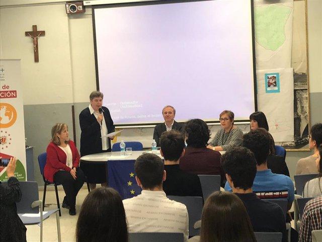El alcalde de Zaragoza, Jorge Azcón, en la entrega de diplomas a los alumnos del programa Embajadores de Europa del Colegio San Vicente de Paúl
