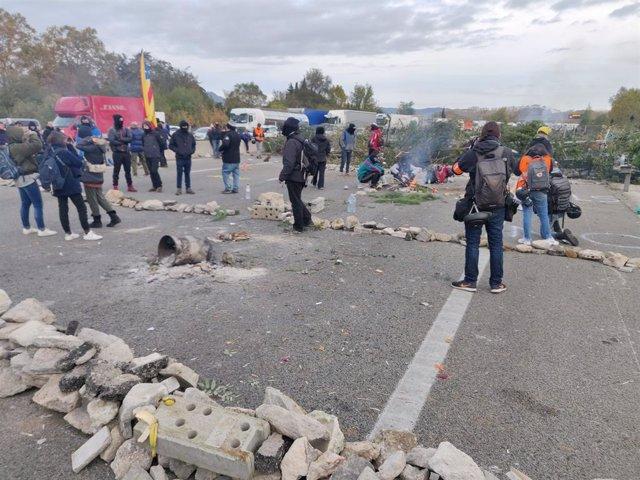 Barricades a l'AP-7 a l'altura de Salt (Girona) en una protesta convocada per Tsunami Democràtic contra la sentència de l'1-O