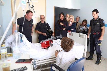 El Samur se une a los bomberos y participa en los talleres para que niños hospitalizados se enfrenten a sus miedos