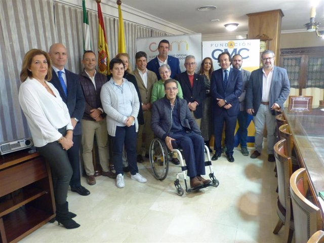 Autoridades, responsables sanitarios y representantes de las ONG en el acto de entrega de la recaudación benéfica