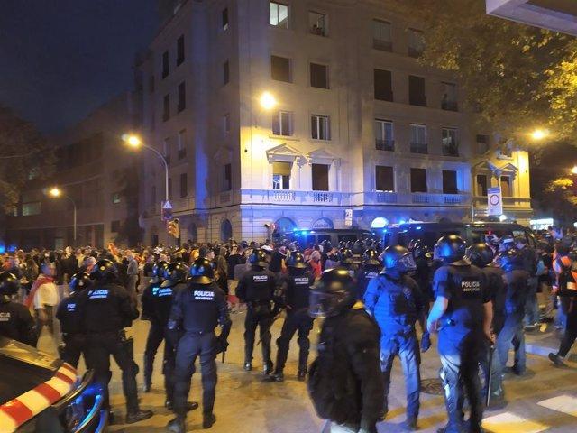 Concentracions per la unitat d'Espanya i de l'esquerra independentista en la plaça Artós de Barcelona.
