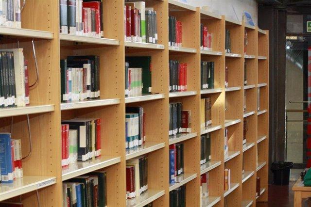 Estanterías en una biblioteca universitaria.