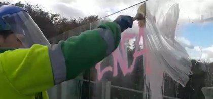 Limpian pinturas vandálicas de los vinilos del viaducto de Bailén dos semanas después de renovarlos