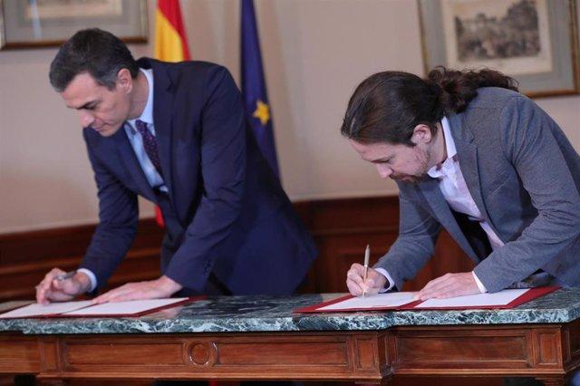 El presidente del Gobierno en funciones, Pedro Sánchez y el líder de Podemos, Pablo Iglesias, en el Congreso de los Diputados firmando el principio de acuerdo para compartir un gobierno de coalición tras las elecciones generales del pasado domingo, en Mad