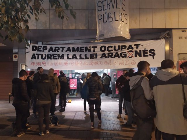 La plataforma 'Aturem la Llei Aragonès' ocupa la seu del carrer Sepúlveda de Barcelona de la Conselleria de Treball, Assumptes Socials i Famílies de la Generalitat.