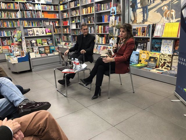 La escritora Marian Rojas y el profesor Onésimo Díaz, en la presentación de su último libro, 'Mujeres protagonistas del siglo XX'