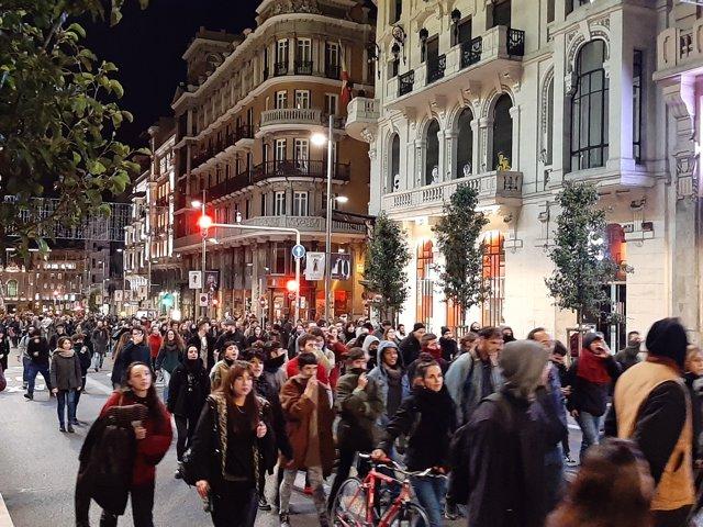 Manifestantes contra el desalojo de La Ingobernable cortan el tráfico en Gran Vía