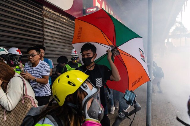 Manifestantes huyendo de la represión policial durante otra jornada de protestas en Hong Kong