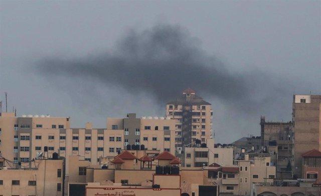La ciudad de Gaza llena de humo después de los intercambios de proyectiles