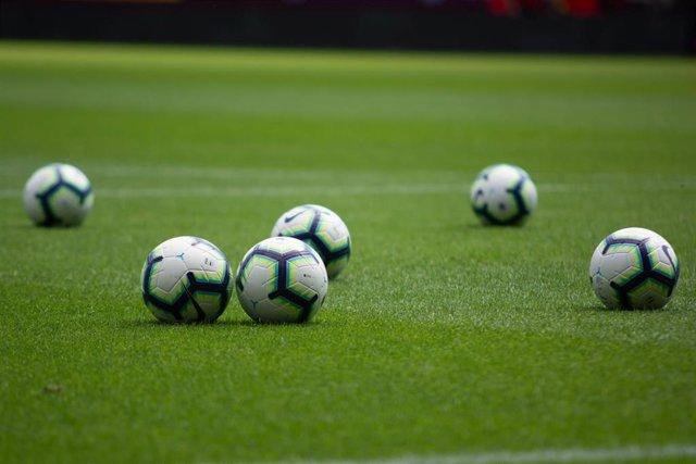 Balones de fútbol en un campo