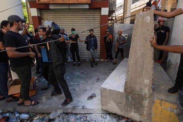 Agentes de Policía iraquíes se enfrentan a manifestantes en Bagdad