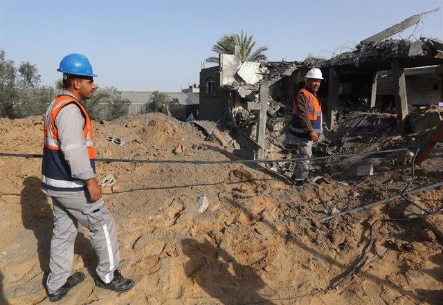 Varios palestinos en la zona de un bombardeo israelí en el sur de Gaza