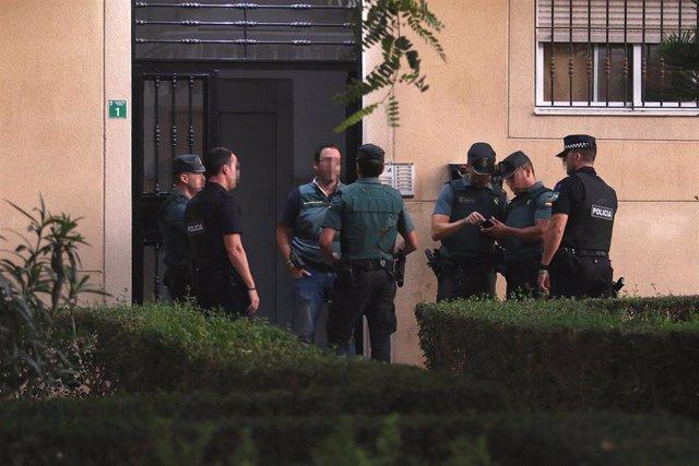 La Guardia Civil registra el domicilio Ana María B.L., detenida por el crimen de su hijo Sergio en Huércal de Almería