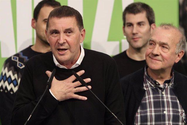El secretari general d'EH Bildu, Arnaldo Otegi i el cap de llista d'EH Bildu al Congrés per Àlaba, Iñaki Ruiz de Pinedo a la seu del partit després de conèixer els resultats dels comicis del 10N, a Sant Sebastià (País Basc, Espanya), a 10 de noviem