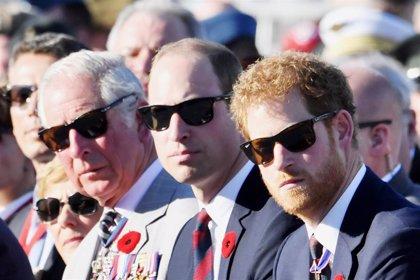 El príncipe Carlos cumple años, las diferencias entre las felicitaciones de Harry y William