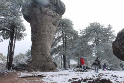 La primera nevada del invierno en la Sierra de Cuenca sorprende a multitud de turistas en la Ciudad Encantada