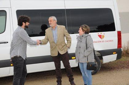 La Diputación de Cáceres entrega un vehículo a la asociación APTO de Navalmoral de la Mata para el traslado de usuarios