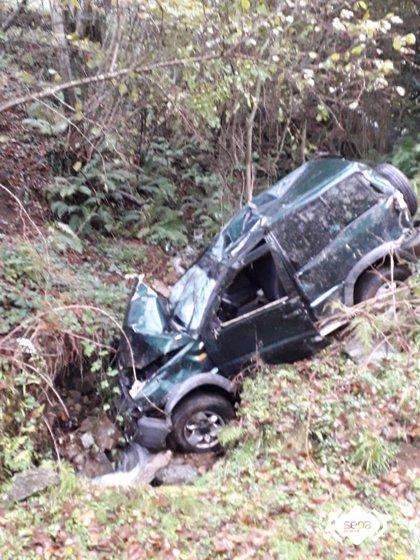 Un herido tras caer con su coche por un desnivel de cien metros en Salas