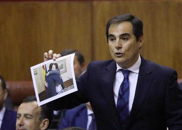 El portavoz parlamentario del PP, José Antonio Nieto, muestra este jueves en la sesión de control al Gobierno una foto del abrazo de Pedro Sánchez y Pablo Iglesias.