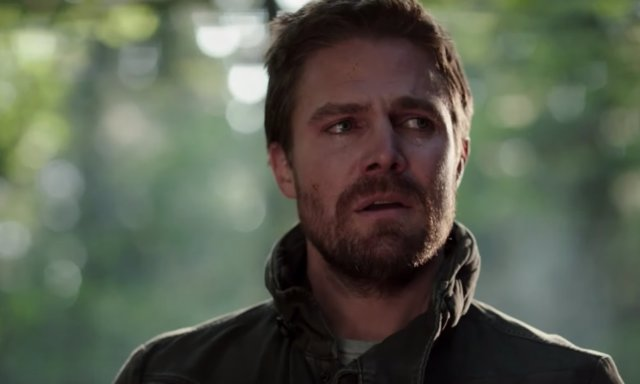 Stephen Amell como Oliver Queen