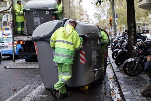 """Barcelona comena a reposar contenidors per """"normalitzar"""" el servei de recollida d'escombraries."""