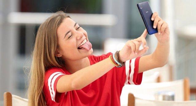 Recurs jove amb el seu dispositiu mòbil.