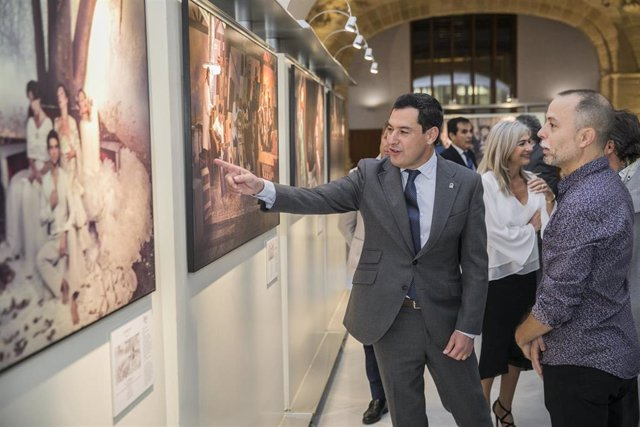 El presidente de la Junta, Juanma Moreno (i), visita la exposición 'Flamenco. Código abierto', de Javier Caró (d), acompañado por la consejera de Cultura y Patrimonio Histórico, (c) Patricia del Pozo. En Sevilla, a 14 de noviembre de 2019.