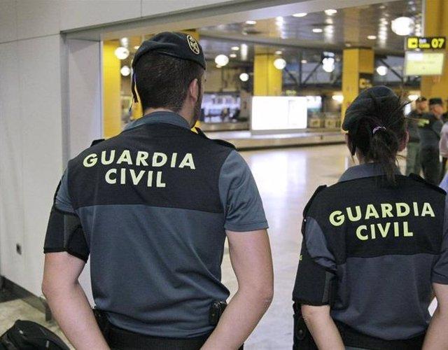 Imagen de recurso de agentes de la Guardia Civil en el aeropuerto Adolfo Suárez Madrid-Barajas.