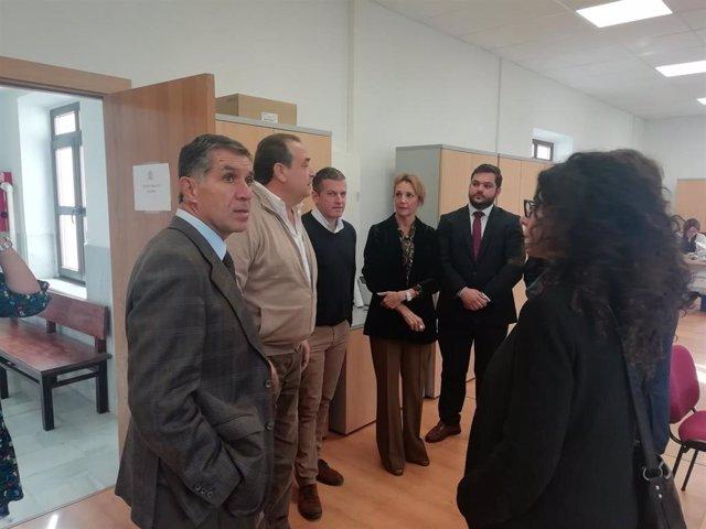 La secretaria general para la Justicia, María José Torres, con el presidente del TSJA en los juzgados de Algeciras