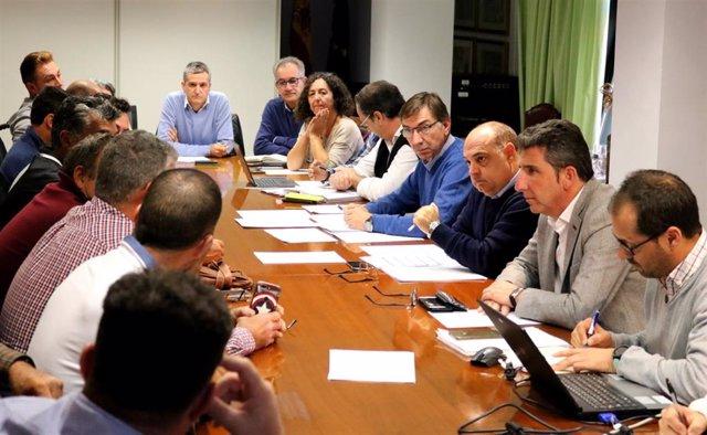 Reunión del director general de Pesca y Acuicultura, José Manuel Martínez Malia, con mariscadores a pie del litoral de Huelva y de Sanlúcar de Barrameda (Cádiz).