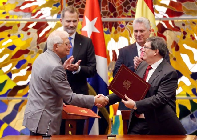 El Rey Felipe y Josep Borrell durante la firma de acuerdos entre España y Cuba.