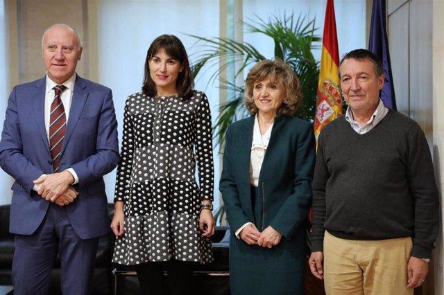 La ministra de Sanidad, Consumo y Bienestar Social en funciones, María Luisa Carcedo (2d), se reúne con el Comité Nacional de Prevención del Tabaquismo, en Madrid (España), a 14 de noviembre de 2019