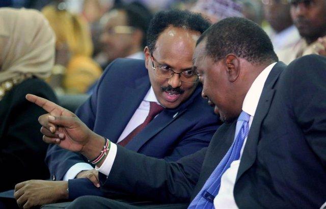 Los presidentes de Somalia, Mohamed Abdullahi Mohamed (i), y Kenia, Uhuru Kenyatta (d)