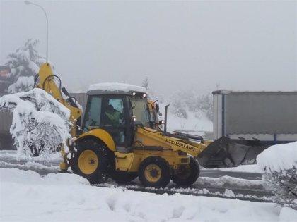 La nieve obliga a cerrar a todo tipo de vehículos el puerto de Herrera y a camiones y articulados el de Orduña