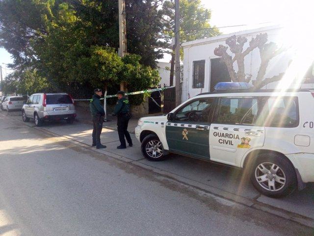 Agentes de la Guardia Civil en el lugar hallado muerto un hombre con signos de violencia en Benalup (Cádiz)