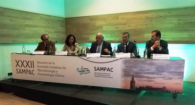 El consejero de Salud, Jesús Aguirre, durante su asistencia al Congreso de la Sociedad Andaluza de Microbiología.
