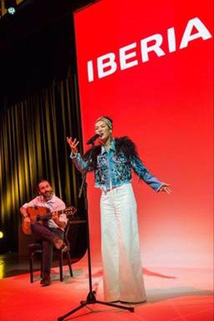 """Nella, la intérprete de la canción """"Volando"""" de Iberia, gana el Grammy Latino 'Mejor Nuevo Artista'"""