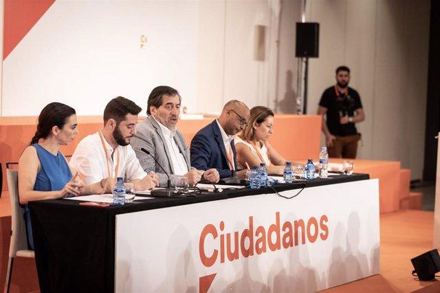 El presidente del Consejo General de Ciudadanos, Manuel García Bofill, junto a los demás miembros de la Mesa de este órgano.