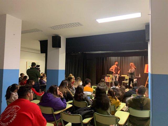 Imagen de la representación por alumnos del IES Rafael Alberti de Cádiz de una obra de teatro, que impulsa el Instituto Andaluz de la Mujer, sobre prevención de la violencia de género.