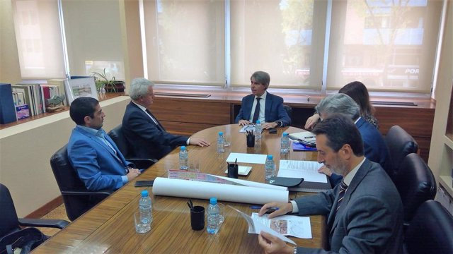 El consejero de Transportes, Movilidad e Infraestructuras de la Comunidad de Madrid, Ángel Garrido, se reúne con el alcalde de San Sebastián de los Reyes, Narciso Romero.