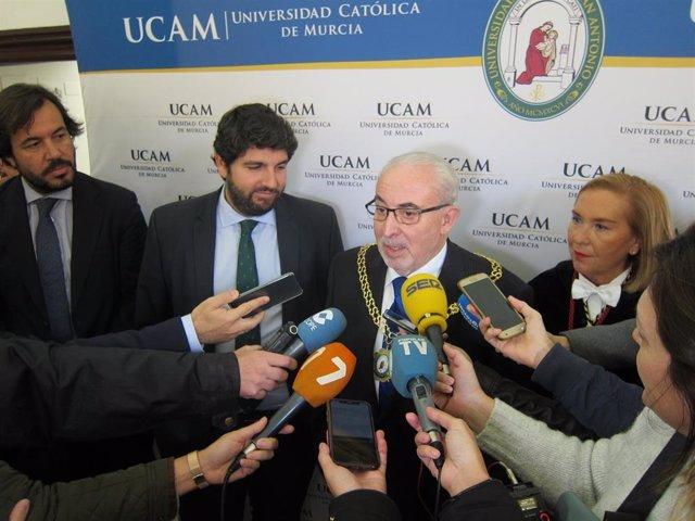 Mendoza se dirige a los medios acompañado por López Miras, a su izquierda