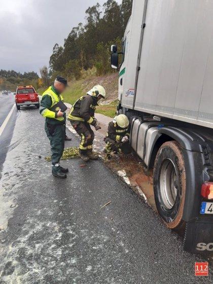 Un choque entre un coche y un camión origina un derrame de gasoil en la A-8
