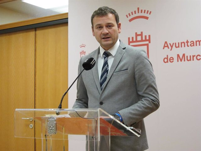 El concejal de Pedanías y Barrios, Marco Antonio Fernández, en rueda de prensa