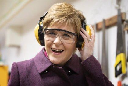 """R.Unido.- La líder escocesa asegura que Corbyn se ha """"metido en un lío"""" con el referéndum independentista"""