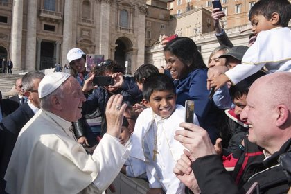 El Papa dice que los políticos que se enfurecen contra los homosexuales, los judíos y los gitanos le recuerdan a Hitler