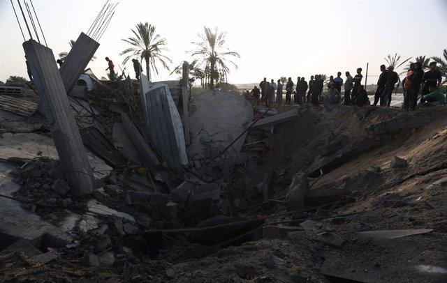 Daños causados por un bombardeo de Israel contra la localidad de Jan Yunis, en el sur de la Franja de Gaza