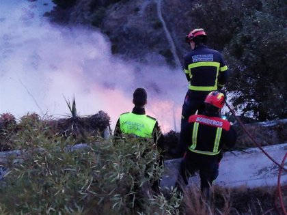 Un incendio en zona de matorral afecta al entorno de la playa de El Muerto de Almuñecar (Granada)