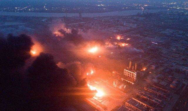 Imágenes de las llamas tras la explosión de una fábrica de pesticidas en la provincia de Jiangsu, en China