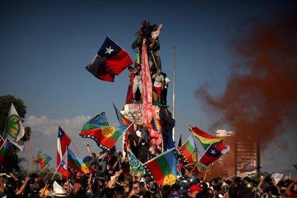 Muere un joven tras caer de una estatua durante las manifestaciones en Santiago de Chile