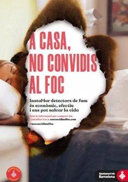 Cartell de la campanya 'A casa, no convidis al foc' (2019) de Bombers de Barcelona per promoure els detectors de fums als habitatges.